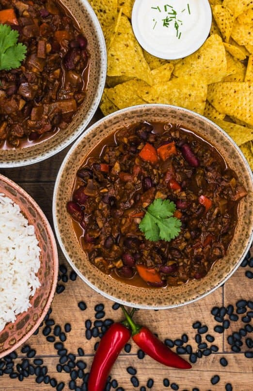 Vegetarian chilli with rice, tortillas and sour cream