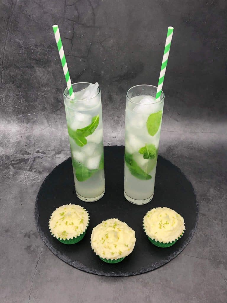 Three mojito cupcakes with two mojito cocktails