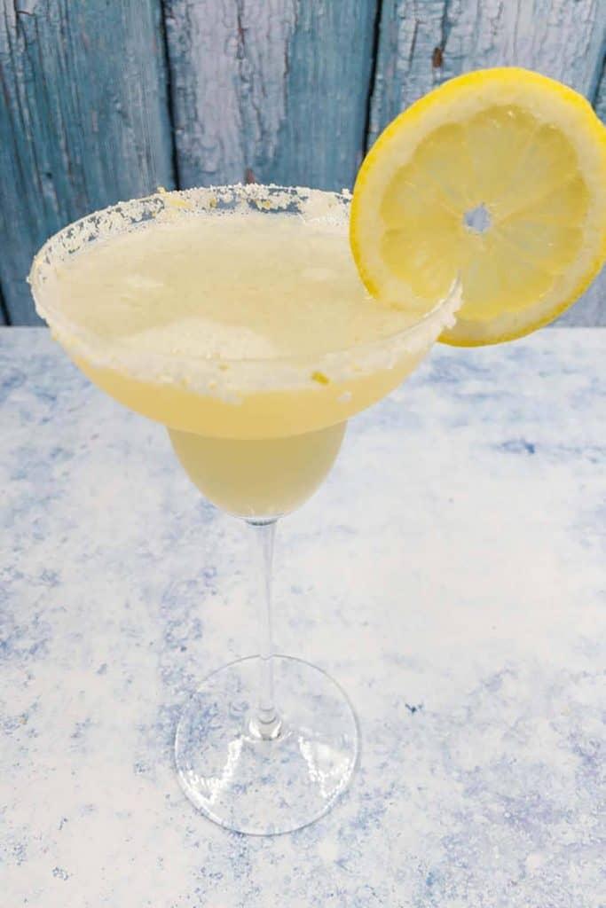 A homemade lemon margarita with a lemon slice garnish